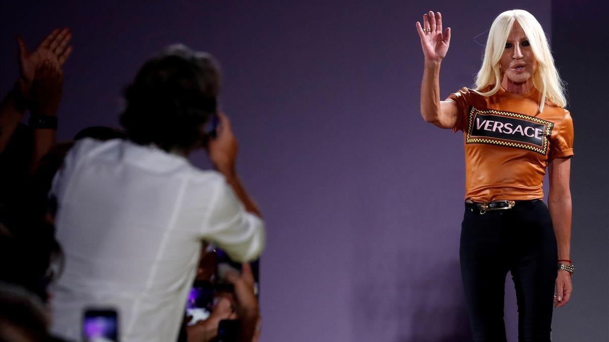 Michael Kors ofrece 2.000 millones de euros para comprar Versace