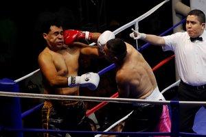 Los alcaldes de Mixco, Ernest Bran (a la izquierda), e Ipala, Esduin Javier Javier, durante la pelea.