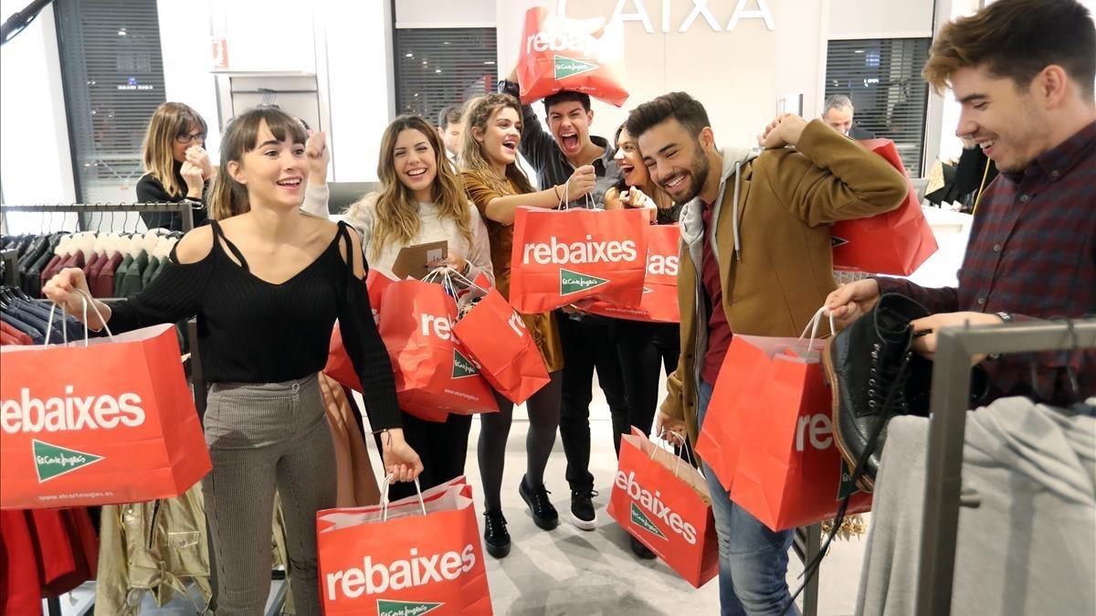 Los concursantes de Operación Triunfo, con las compras realizadas tras haber pasado una hora con la Planta Joven deEl Corte Inglés de la plaza de Catalunya cerrada para ellos solos.