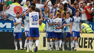 Los jugadores del Real Zaragoza celebran un gol.