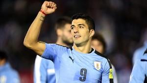 Luis Suárez celebra la victoria de Uruguay ante Bolivia en el estadio Centenario de Montevideo.