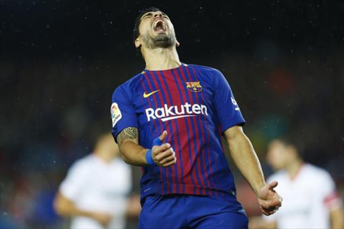 Luis Suárez se lamenta de una ocasión perdida ante el Sevilla.