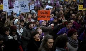 MADRID Una manifestante clama contra la brecha salarial.