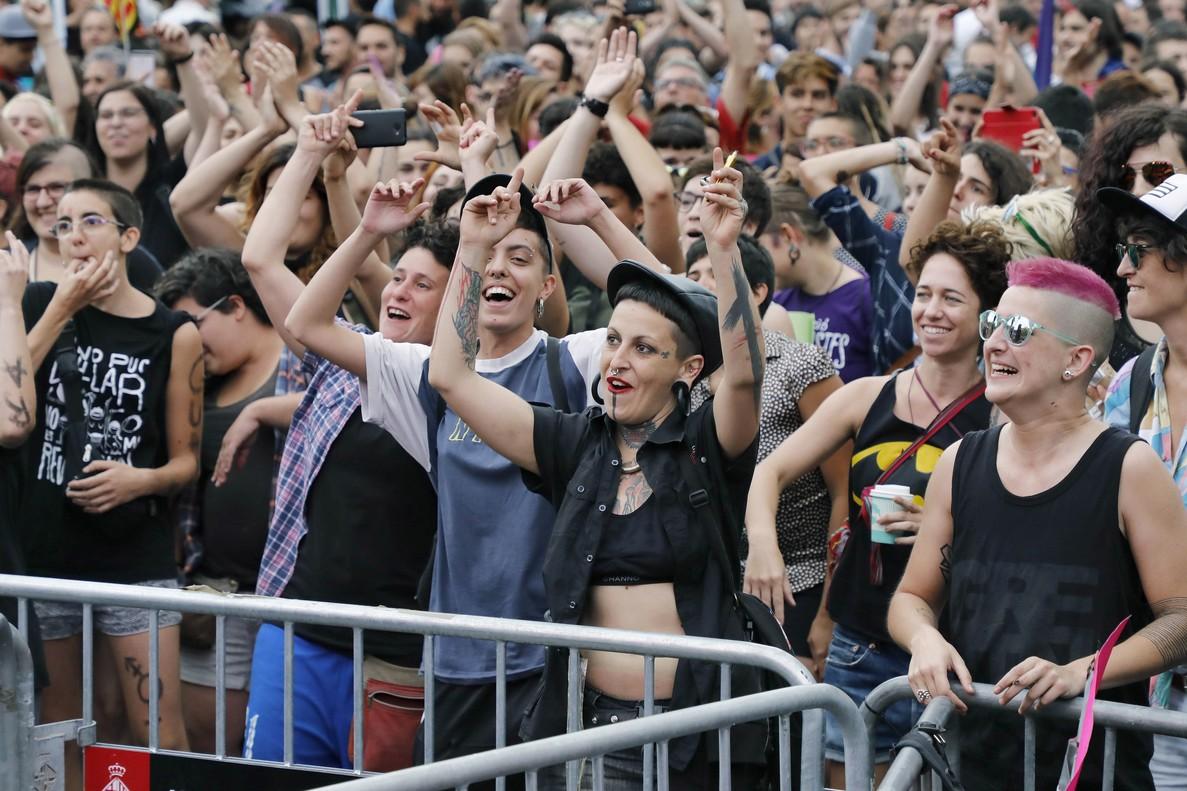 GRA188 BARCELONA 01 07 2017 - El movimiento LGBTI agrupado en la Comision Unitaria 28j convoco esta tarde una manifestacion en Barcelona para conmemorar la primera propuesta que se celebro hace 40 anos en Espana para reivindicar los derechos del colectivo y en el marco de los actos del Orgullo LGTBI exigir que no se reviertan los logros conseguidos en estas cuatro decadas EFE Andreu Dalmau