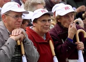 Protesta de pensionistas alemanes ante la Puerta de Brandeburgo.