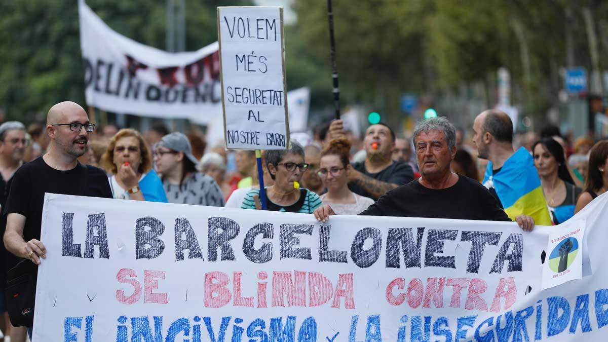 Manifestación de vecinos en la barceloneta contra el incivismo y la inseguridad en el barrio.
