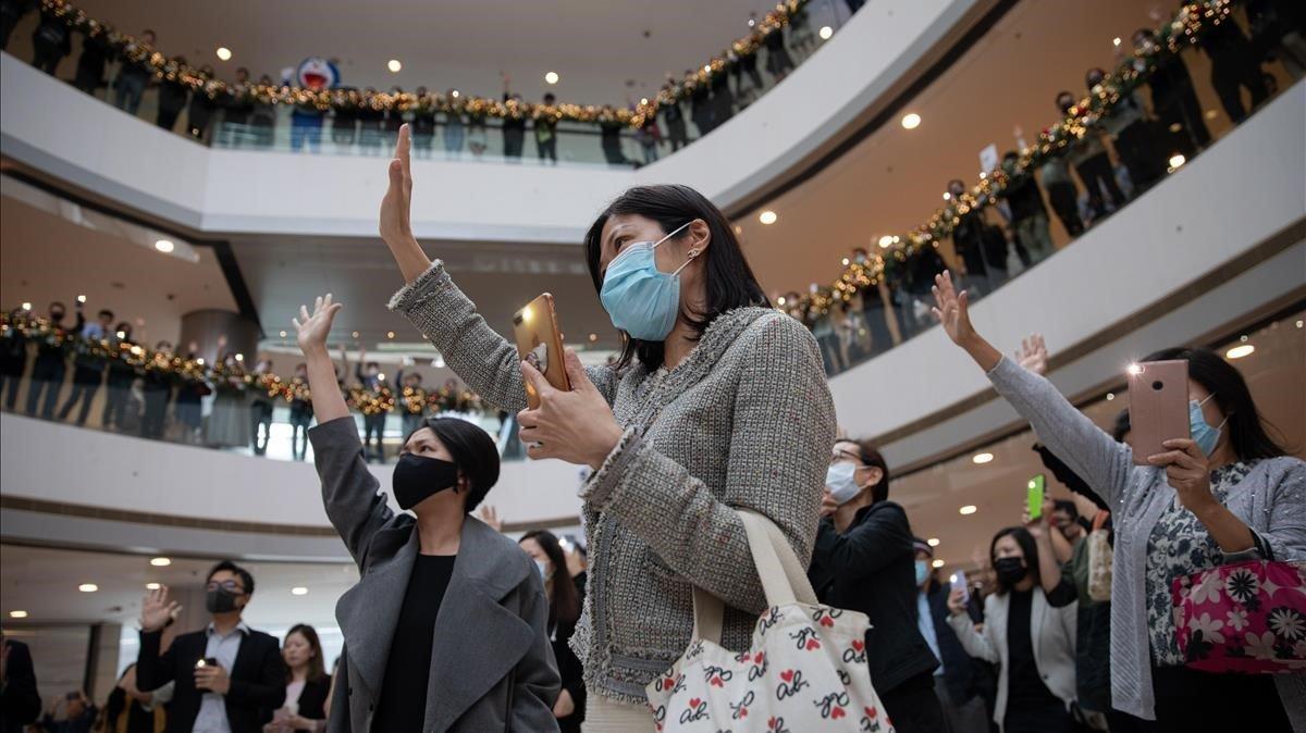 Manifestantes antigubernamentales participan en un 'flashmob' en un centro comercial de Hong Kong, este martes.