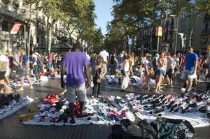 Manteros con zapatillas falsificadas en Barcelona.