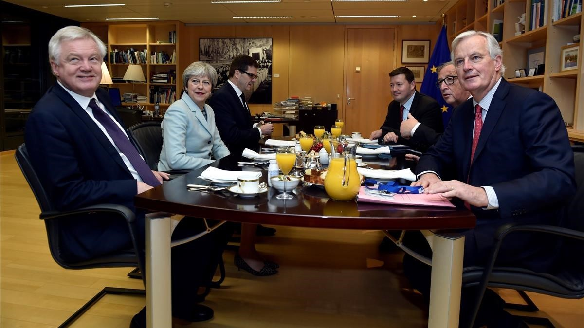 El presidente de la Comisión Europea, Jean-Claude Juncker y el negociador de la UE para el Brexit, Michel Barnierse reúnen con la primera ministra británica, Theresa May y el ministro británico para la Salida de la Unión EuropeaDavid Davis en la Comisión Europea, en Bruselas.