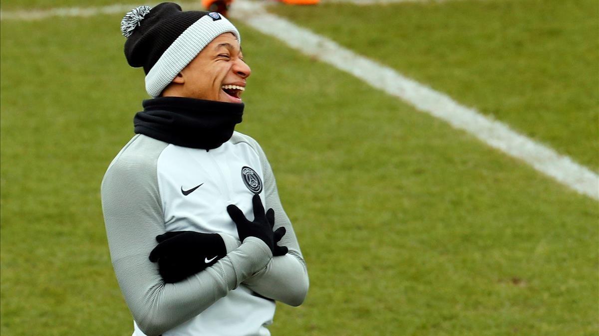 Mbappé, en el entrenamiento del PSG esta mañana en París.