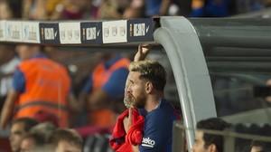 Messi, ya lesionado, observa los minutos finales del Barça-Atlético en el Camp Nou.