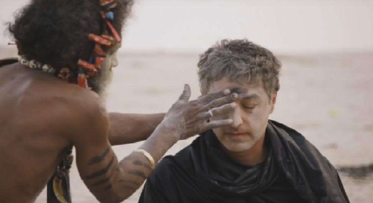 Un miembro de la minoría hindu Aghori le esparce cenizas humanas por la cara al presentador de la CNN.
