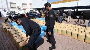 Miembros de la Policía Nacional exponen las ocho toneladas de hachísincautadas tras un tiroteo en Algeciras.