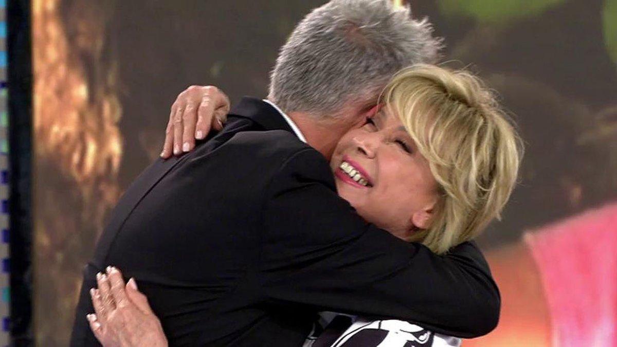 Mila Ximénez y Kiko Hernández abrazándose en 'Sálvame'.