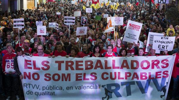 Miles de valencianos salen a la calle para exigir a Fabra que no cierre RTVV.