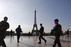Un militar vigila las inmediaciones de la torre Eiffel, en abril del pasado año.