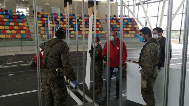 Militares, bomberos y operarios montan un hospital temporal en Sabadell.