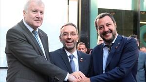 El ministro del Interior austriaco,Herbert Kickl, entre sus homólogos alemán, Horst Seehofer (izq), y el italiano,Matteo Salvini, el pasado mes de julio enInnsbruck