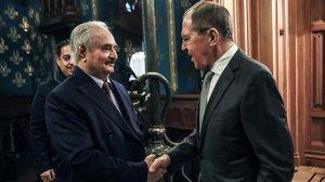 El ministro de Exteriores ruso, Serguéi Lavrov, saluda al mariscal Khalifa Haftar, este lunes en Moscú.