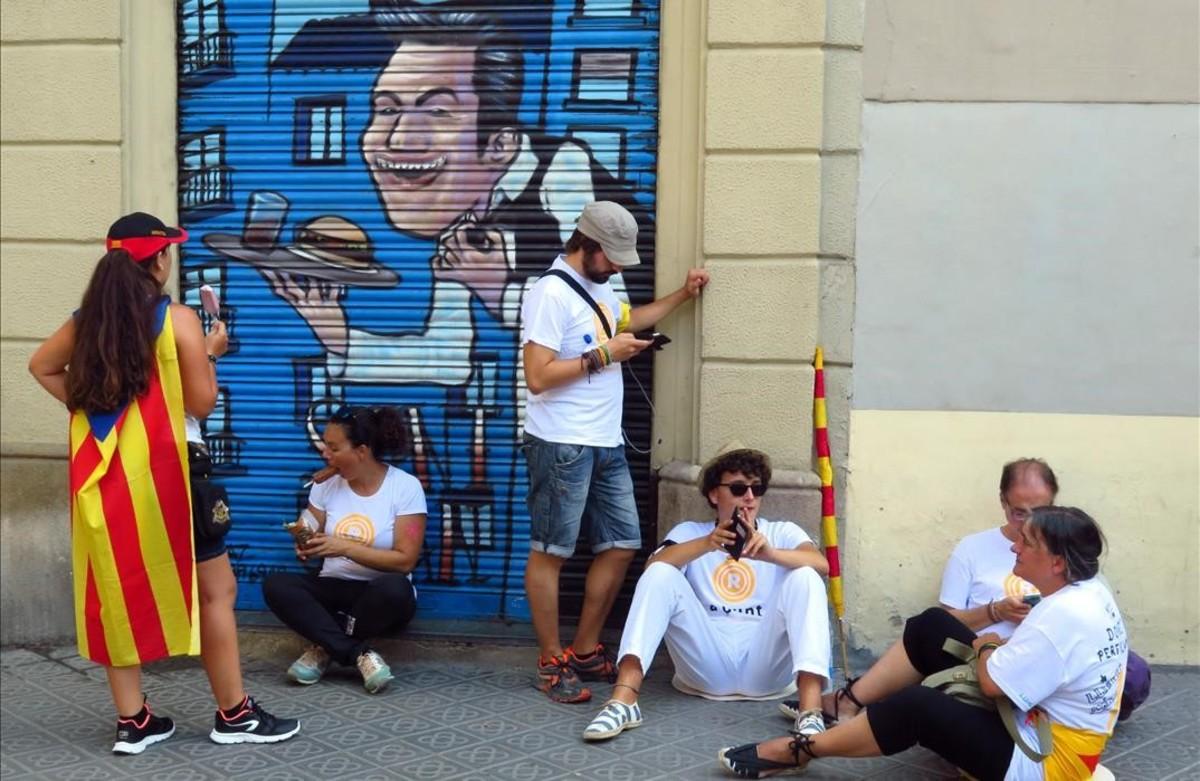 Un momento de descanso, en las horas previas a la manifestación de la Diada, en el paseo de Sant Joan.
