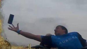 Vídeo | Atrapa un mòbil al vol en una muntanya russa de PortAventura