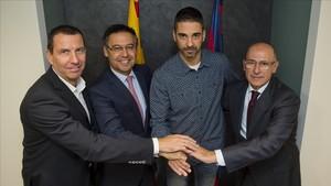 Navarro, rodeado de Nacho Rodríguez, Bartomeu y Soler, en el acto de su renovación en 2017