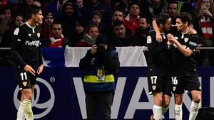 Navas, Sarabia y Correa celebran el gol del triunfo del Sevilla.