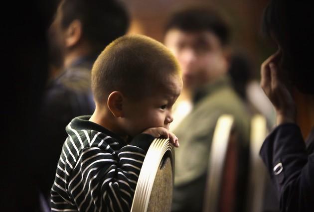 Un nen de tres anys, familiar dun passatger de lavió de Malaysia Airlines, espera en un hotel de Pequín, aquest dilluns.
