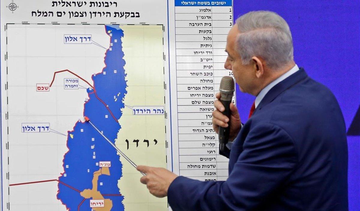 Netanyahu señala el Valle del Jordán en un mapa durante un acto de su campaña electoral.