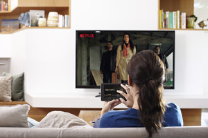 Una espectadora comprueba la calidad de imagen de las emisiones de Netflix en ultra alta definición (UHD).