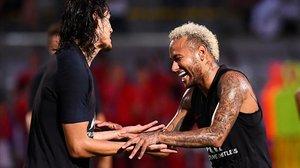 Neymar, a la derecha, bromea con Cavani en un partidillo amistoso en el entrenamiento del PSG en China.