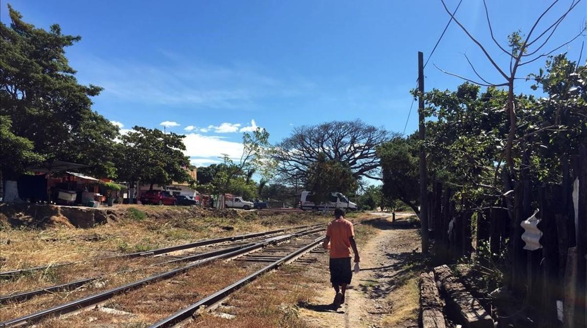 Un niño migrante camina por las vias del tren La Bestia, en Chiapas.