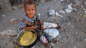 Una niña desplazada por la guerra en una barriada de la ciudad portuaria de Hodeida, en elYemen.