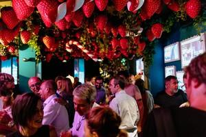 Ambiente en el espacio La Dolça del restaurante Tickets durante la ruta El Barrio Loco, este martes por la noche.