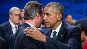 Obama (derecha) saluda a Cameron antes de la reunión de mandatarios de la OTAN, en Varsovia, este viernes.