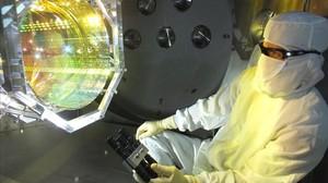 Un técnico del observatorio de ondas gravitacionales LIGO, en Estados Unidos,inspecciona sus ópticas para comprobar la ausencia de contaminantes.