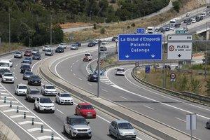 Operación retorno de Sant Joan en la carretera C31 desde Platja dAro hacia Barcelona.