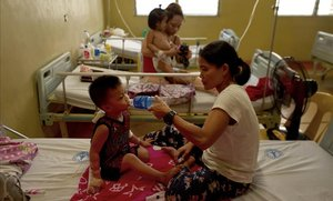 Pacientes se recuperan en camas en el Hospital San Lázaro el 14 de agosto de 2019 en Manila, Filipinas