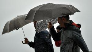 Paseo con paraguas en San Sebastián, el pasado octubre.
