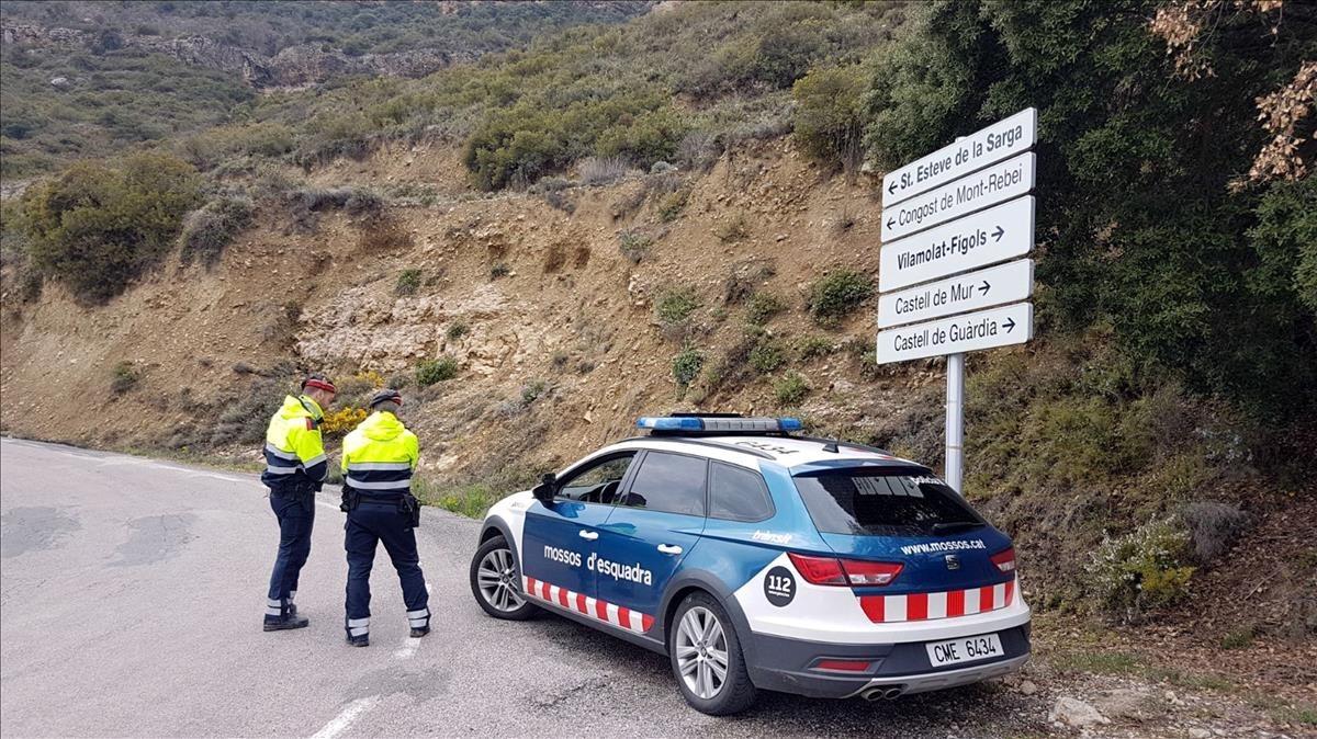 Patrulla de los Mossos dEsquadra en una carretera.