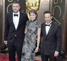 De izquierda a derecha, los actores españoles Gustavo Salmerón y Alejandra Lorenta, y el director Esteban Crespo, llegan a la entrega de los Oscar 2014, este lunes.