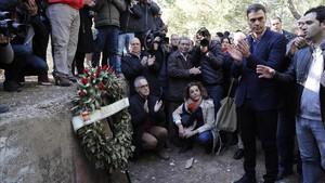 Pedro Sánchez, durante su visita a las fosas comunas del cementerio de Paterna, este lunes.