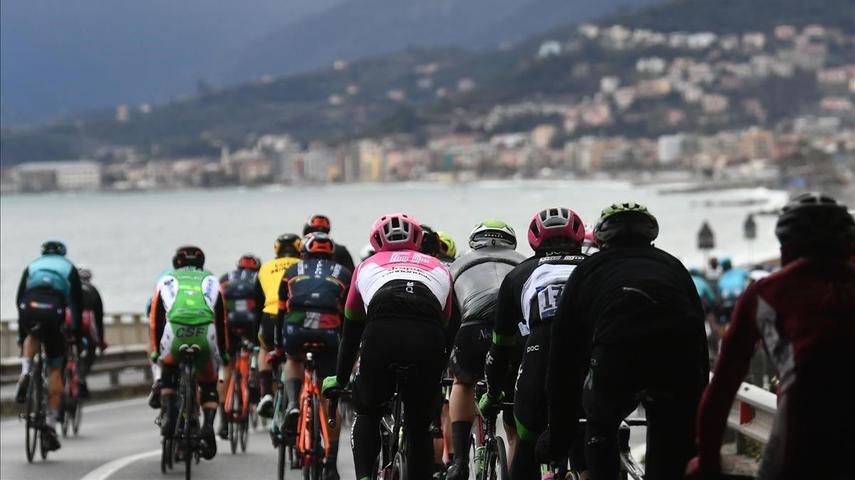 El pelotón pasa por Borgio Verezzi durante la Milán-San Remo del 2018.