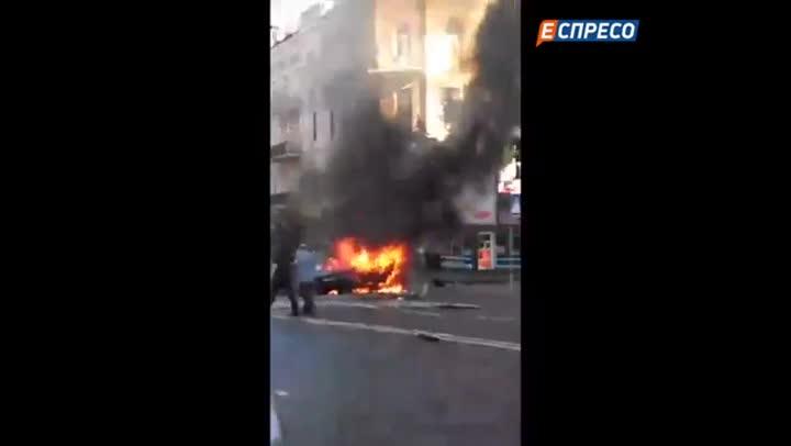 Restos del coche en que viajaba el periodista Pavel Sheremet tras explotar en las calles de Kiev.