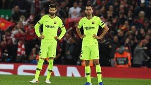 Piqué y Busquets abatidos tras encajar el cuarto gol del Liverpool que le echa de Europa.
