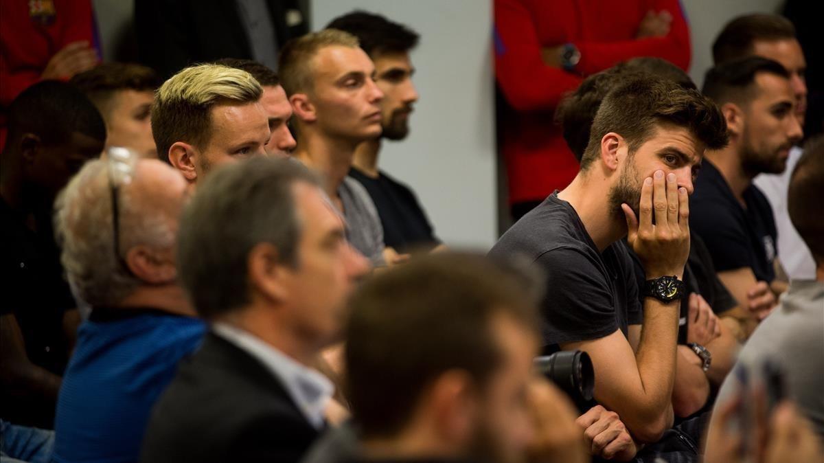 Piqué y varios de los jugadores del Barça en la despedida de Iniesta.