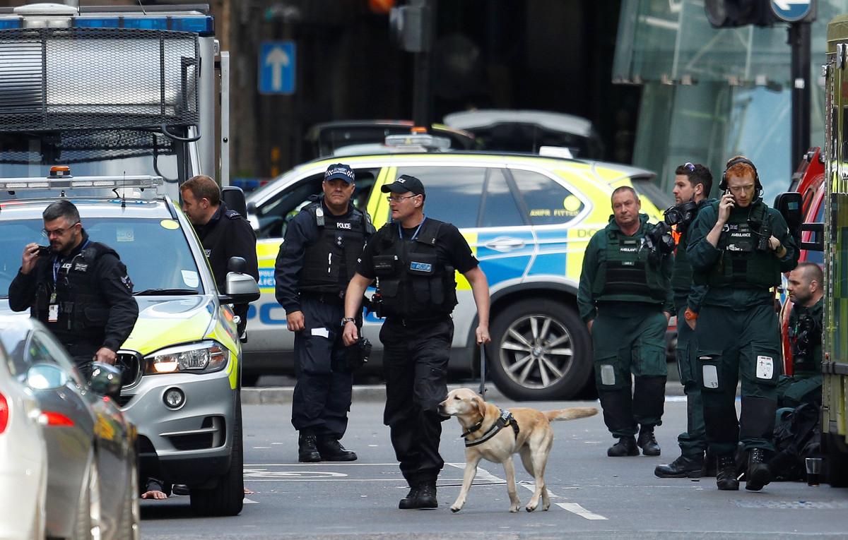 Agentes de policía británicos en el mercado de Borough en Londres, uno de los escenarios de los atentados terroristas del pasado 3de junio.