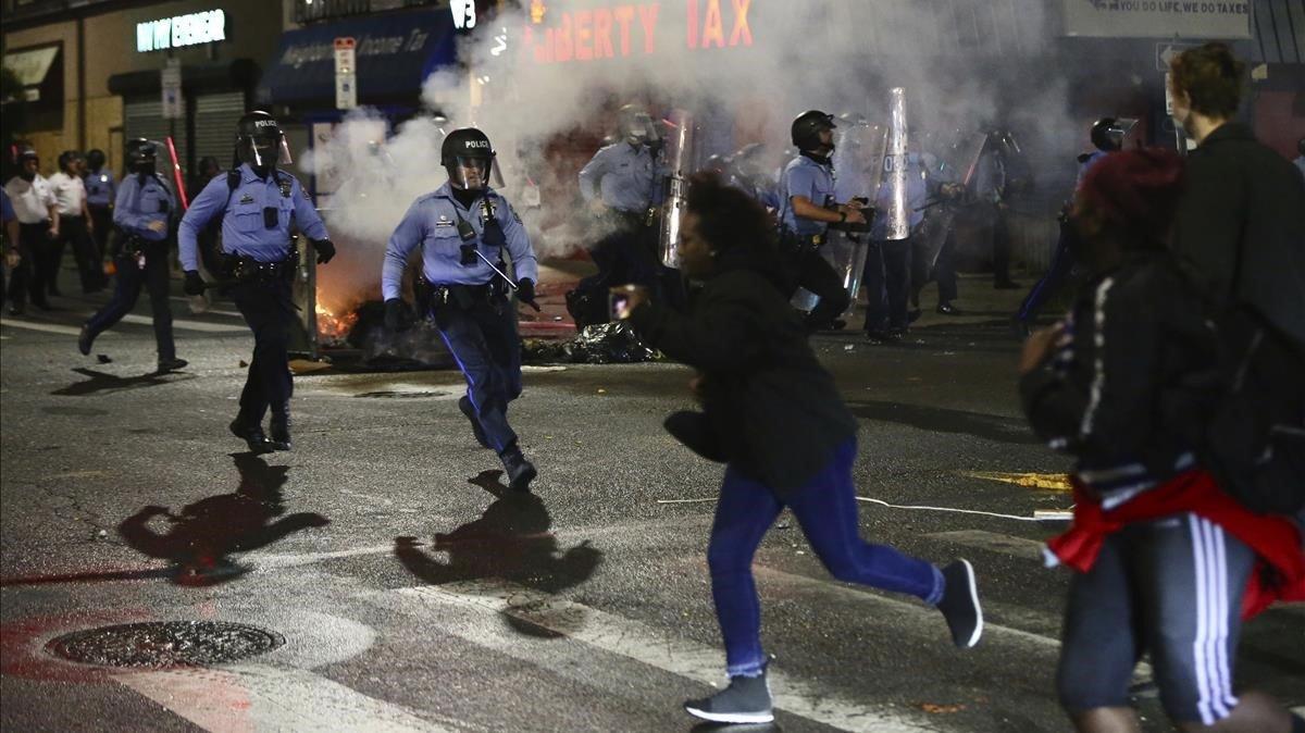 La policía carga contra los manifestantes que protestaban contra la muerte de un hombre negro por los disparos de dos agentes, la noche del lunes en Filadelfia.