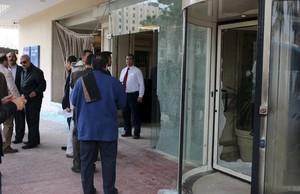Policías egipcios y empleados del hotel en el lugar del ataque, el jueves.