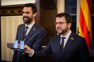 (I-D) El president del Parlament, Roger Torrent; y el vicepresident de la Generalitat, Pere Aragon�s, durante la presentación de los Presupuestos de la Generalitat de 2020 en el Parlament de Catalunya, en Barcelona/Cataluña (España) a 29 de enero de 2020.
